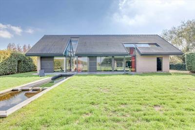 Lichtrijke en architecturaal sterke villa met bijgebouw/praktijk